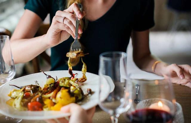 垃圾食物是女性衰老的加速器!医生再三强调少吃,为何你却戒不掉