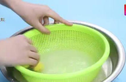 菜篮子缝隙难清洗?倒点白醋和淀粉,菜篮子的油污都除尽