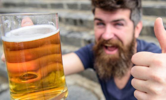 小酌怡情,喝啤酒有六大益处,夏季喝啤酒的诸多禁忌要注意
