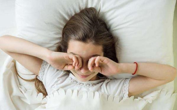 早起3不要,睡前4远离,不要急着起床,要吃早餐,远离熬夜