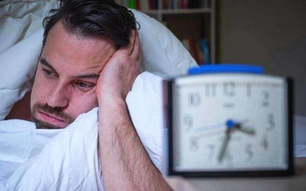 床头不易放哪些东西?导致失眠的原因(做哪些事有助睡眠)