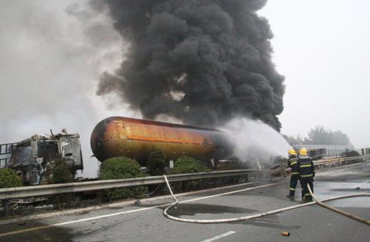 油罐车为什么会自燃爆炸?附近油罐车爆炸要躲在车里吗?