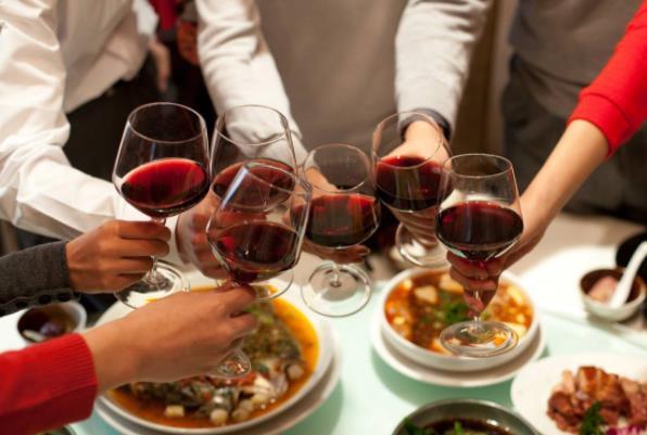 海鲜和红酒一起吃会得痛风吗?什么红酒好喝不贵适合家里自己喝